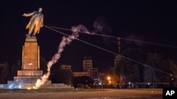 Снос памятника Ленину в Украине