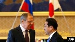 Miniștri de externe ai Rusiei și Japoniei, Sergei Lavrov și Fumio Kishida la deschiderea de astăzi a consultărilor bilaterale