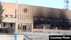 """Сгоревшее здание акимата города Жанаозен, 18 декабря 2011 года. Фото Елены Костюченко, """"Новая газета""""."""