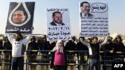 Хосни Мүбәрәкке қарсы топ Полиция академиясының алдында наразылық танытып тұр. Каир, 2 қаңтар 2012 жыл