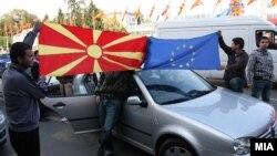 Граѓаните ја прославуваат препораката на ЕК за преговори со Македонија за членство во ЕУ во 2009 година.