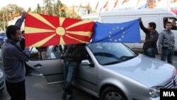 Граѓаните ја прославуваат препораката на ЕК за преговори со Македонија за членство во ЕУ на 14 октомври 2009 година.