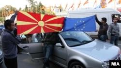 Прослава на македонските граѓани по препораката на ЕК за отпочнување преговори за членство