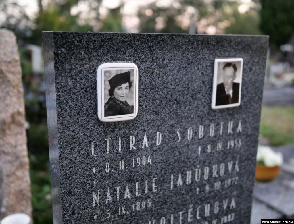 Могила Наталії Ягудкової на Збраславському цвинтарі. Залишається загадкою, чому російська емігрантка забрала секрет схованого мистецтва Гертруд Каудерс у могилу. Ягудкова померла у 1977 році