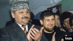Ахмат Кадыров и его сын Рамзан (слева направо) в родном селе в марте 2004 года, архивное фото