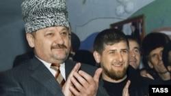 Ахмат Кадиров (ліворуч) з сином Рамзаном. Березень 2004 року