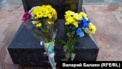 Цветы у памятника Тарасу Шевченко в Симферополе, 22 января 2018 года