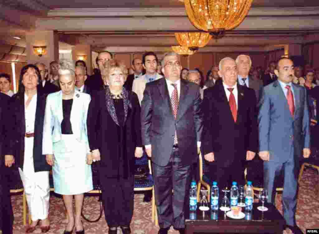 Xatirə kompleksinin açılış mərasimində hökumət və müxalifət təmsilçiləri biraraya gəldilər. 28 may 2008