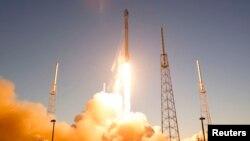 """Türkmenistanyň """"TürkmenÄlem 52°E"""" atly ilkinji emeli hemrasy ABŞ-nyň Florida ştatynyň Kanaweral burnundaky kosmodromyndan 27-nji aprelde uçuryldy we """"Falkon 9"""" raketa göteriji tarapyndan orbita çykaryldy."""