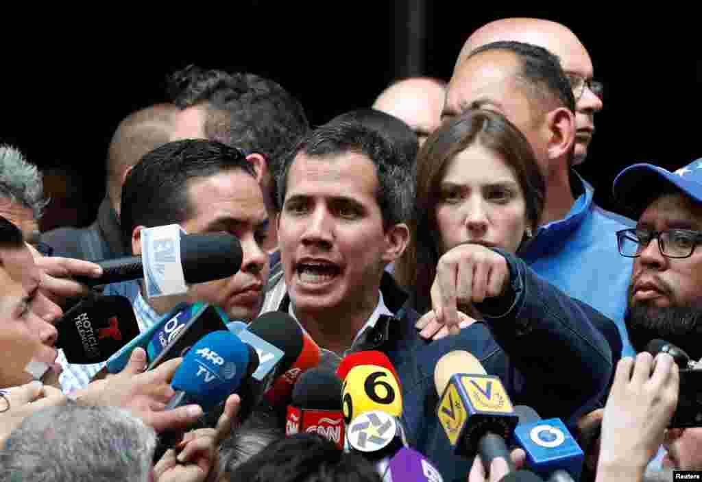 ونزوئلا در گذرگاهی حساس قرار دارد؛ رئیس پارلمان این کشور بحرانزده (در تصویر همراه همسرش) خود را رئیسجمهوری موقت معرفی کرده و خواستار پایان دولت نیکلاس مادورو شدهاست. دولت مادورو که طی شش سال گذشته با بحرانهای سیاسی و اقتصادی گسترده روبهرو بوده، حال چالش تازهای در برابر خود دارد. رهبر مخالفان مادورو از حمایت آمریکا و شمار قابلتوجهی از کشورهای قاره آمریکا، کشورهای اروپایی و برخی دیگر کشورها برخوردار شدهاست.