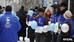 Тіркелмеген «Алға!» партиясы белсенділері сотта Мұхтар Жәкішев пен Талғат Қыстаубаевтың құқықтарының сақталуын талап етіп, наразылық шарасын өткізді. Астана, 5 қаңтар 2010 жыл.