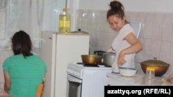 Студентки в кухне общежития. Алматы, 8 сентября 2013 года.