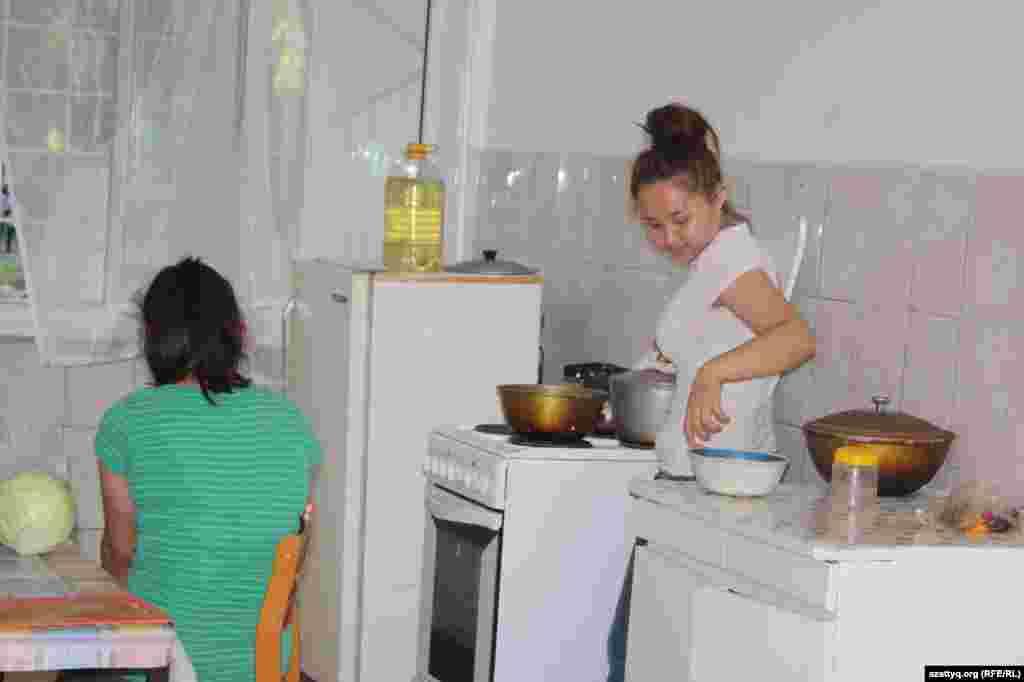 Студентки готовят ужин на кухне общежития.