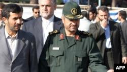 محمود احمدی نژاد(سمت چپ)، رییس جمهور اسلامی ایران همراه با محمد علی جعفری، فرمانده کل سپاه پاسداران.