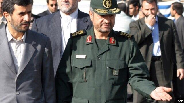 محمود احمدینژاد در کنار فرمانده سپاه پاسداران در بازدید از یک رژه نظامی
