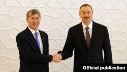 Кыргыз президенти Алмазбек Атамбаев менен Азербайжан башчысы Ильхам Алиев Бакудагы расмий жолугушуу учурунда, 30-март, 2012-жыл.