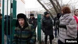 Поліція евакуює людей з школи на околицях Москви, де озброєний учень утримував заручників, 3 лютого 2014 року