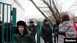 За оградой школы собрались люди, всех беспокоила судьба заложников