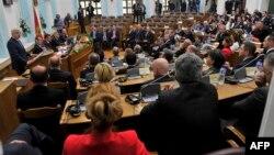 Черногория премьер-министрі Душко Маркович (сол жақта) елдің НАТО-ға енуі мәселесі парламентте талқыланған кезде сөйлеп тұр. 28 сәуір 2017 жыл.
