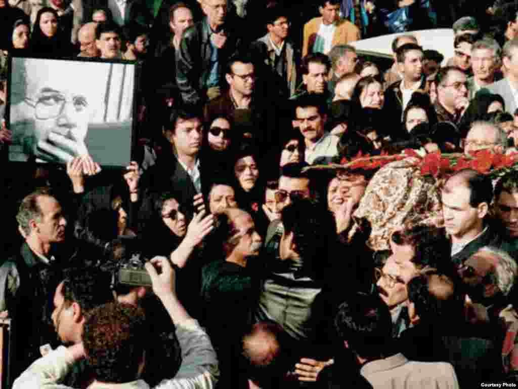 گوشههایی از مراسم خاکسپاری محمد مختاری - با وجود گذشت ۱۱ سال از قتل محمد مختاری و محمدجعفر پوینده، به دست افرادی که عوامل خودسر وزارت اطلاعات جمهوری اسلامی خوانده شدند، همچنان خواست خانوادههای این دو نویسنده دگر اندیش شناسایی آمران و مسببان اصلی این قتلهاست.