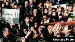 مراسم تشییع محمد مختاری در آذرماه ۷۷ در تهران