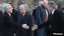 Armenia - President Serzh Sarkisian (L) and Prime Minister Karen Karapetian shake hands before an official ceremony at the Yerablur military cemetery in Yerevan, 28 January 2018.