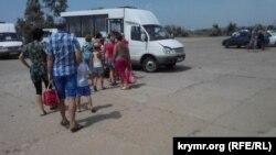 Черга на маршрутку на міському пляжі в Керчі, липень 2015 року