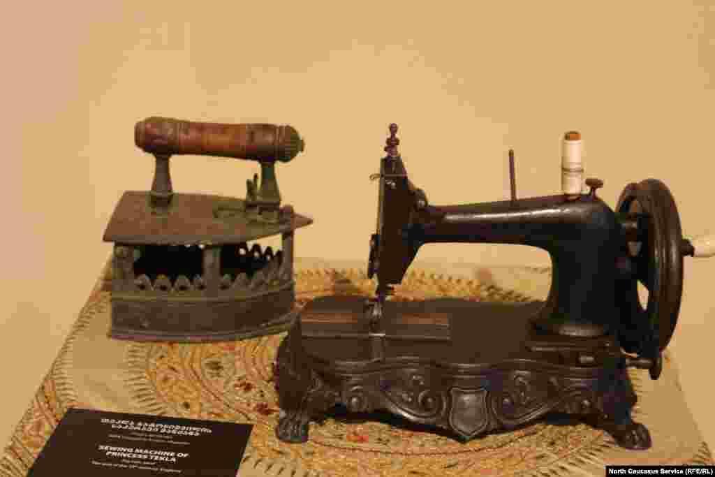 Эта швейная машинка принадлежала царевне Текле Батонишвили, дочери грузинского царя Ираклия Второго (сер. XVIII века).