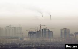 Дымящие трубы ТЭЦ и смог над Алматы.