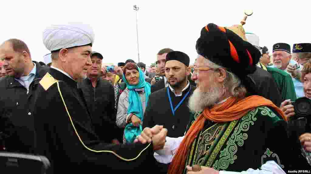 Равил Гайнетдин һәм Тәлгать Таҗетдин рәсми ачылыштан соң сәламләшә