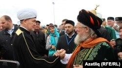 Болгар дәүләтенең ислам кабул итүенә 1125 ел тулуны бәйрәм итү чараларында изге Болгар җирендә мөселман җитәкчеләре Равил Гайнетдин (с) һәм Тәлгать Таҗетдин (у)