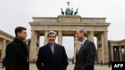 John Kerry la sosirea la Berlin
