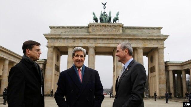 John Kerry la sosirea la Berlin