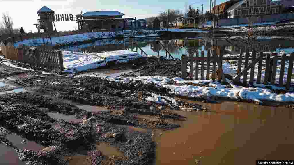 Днями ставок переповнився, і вода розмила єдину дорогу до галявини. Біля неї нині роблять дренаж