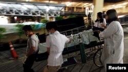 Медики транспортують жертву вибуху біля храму Ераван в найближчу лікарню в центрі Бангкока, 17 серпня 2015 року