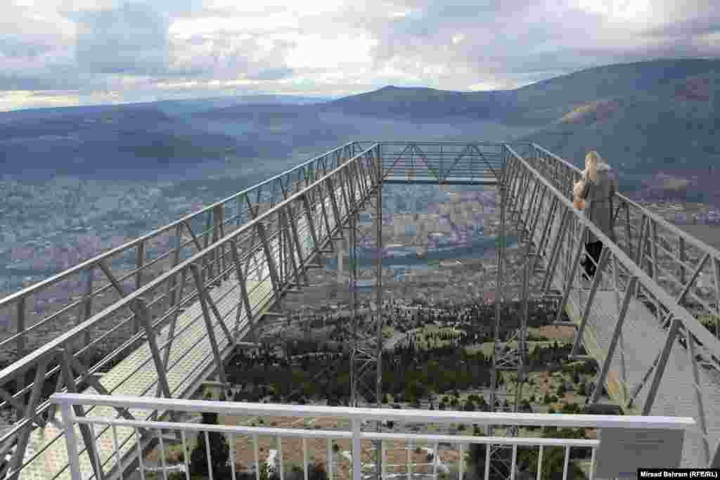 Стаклената патека има вкупна должина од 42 метри, таа е во форма на потковица