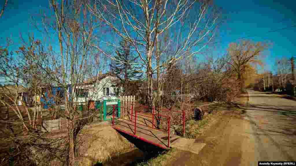 Вода по этому арыку на улице Полигонная в Перевальном бежит в Кизилкобинку