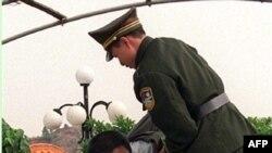 یک محکوم به اعدام در چین در راه جوخه مرگ.