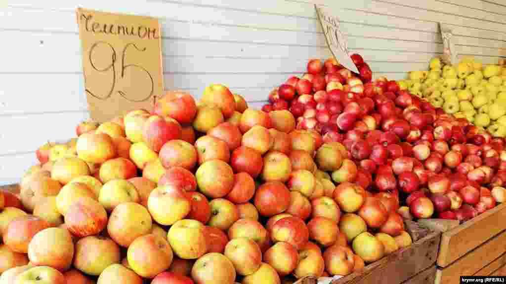 Яблука по 95-100 рублів (близько 34-36 гривень)