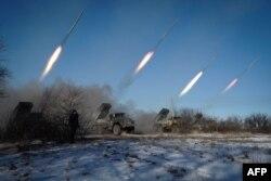 Бойовики угруповання «ДНР» стріляють з реактивних систем залпового вогню «Град». Горлівка, 18 лютого 2015 року