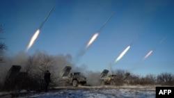 Ілюстративне фото. Російські гібридні сили обстрілюють Дебальцеве з установок «Град», лютий 2015 року