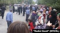 Эмомалӣ Раҳмон дар ноҳияи Рӯшон. 18-уми сентябри соли 2012.