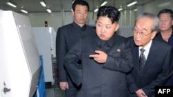 Президент Северной Кореи Ким Чен Ын (в центре) инспектирует видеокомпанию. Пхеньян, 11 сентября 2011 года.