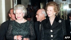 Маргарет Тэтчер и королева Елизавета Вторая (слева). Лондон, 18 октября 1995 года.