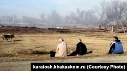 Хакасия, жители сгоревшего села Новокурск смотрят на пепелища, оставшиеся от их домов