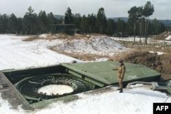 Офицер российской армии проводит осмотр пусковой площадки на установке межконтинентальных баллистических ракет в Сибири. Чита, 20 марта 1992 года.