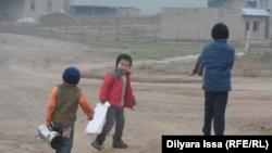 Дети в селе Багыс. Южно-Казахстанская область, 19 декабря 2015 года.