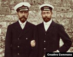 Николай II (слева) и Георг V, дед нынешней британской королевы