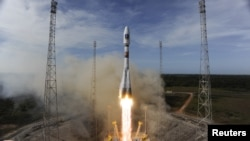 """Ракета """"Союз"""" выводит спутник на геостационарную орбиту с космодрома """"Куру"""""""