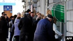 "Украина -- ГIирмерчу Симферополехь Оьрсийчоьнан ""Сбербанкан"" цхьана декъан хьалхарчу ахча схьалон машенчура ахча схьаэца гулбелла хIара нах. Охан 2, 2014"